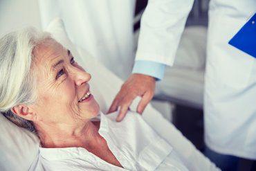 Senior w szpitalu. Poradnik praw pacjenta